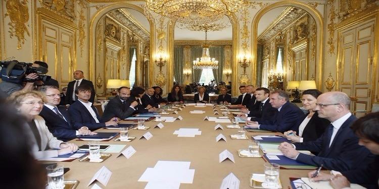 الرئيس الفرنسي الجديد يترأس الاجتماع الأول لحكومته
