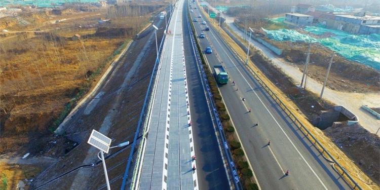 الصين تفتتح أول طريق سريع يشحن السيارات بالطاقة! (فيديو)