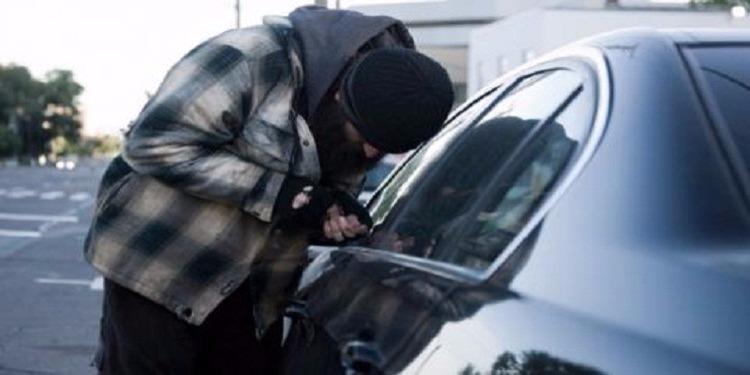 اللص المنحوس: ذهب لسرقة سيارة فوجد رجال الشرطة بداخلها