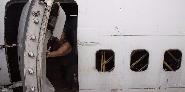 باب طائرة تقل فريقا أرجنتينيا يفتح تلقائيا أثناء الإقلاع