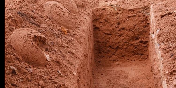 أب يضع ابنته كل يوم في قبرها المستقبلي لهذا السبب! (صور)