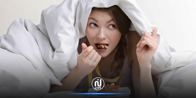 3 raisons pour lesquelles vous ne devriez pas manger au lit