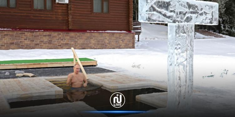 Poutine se baigne dans un lac glacé pour célébrer l'Épiphanie orthodoxe (Vidéo)