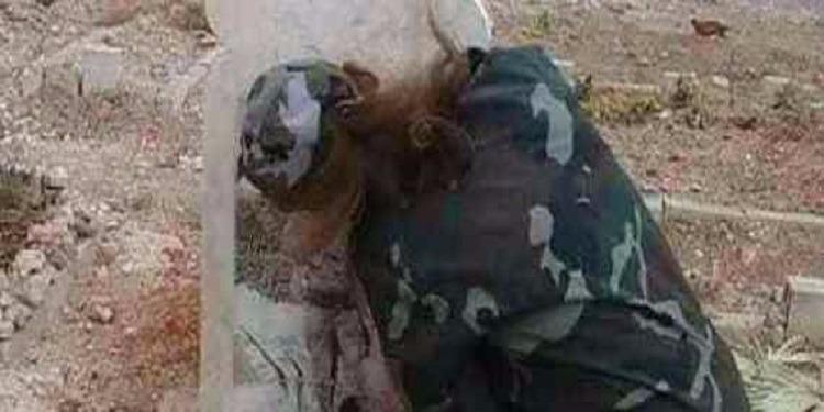 تلبية لرغبته: أم سورية ترتدي زي عسكري و تدخن السجائر فوق قبر إبنها ! (صور)