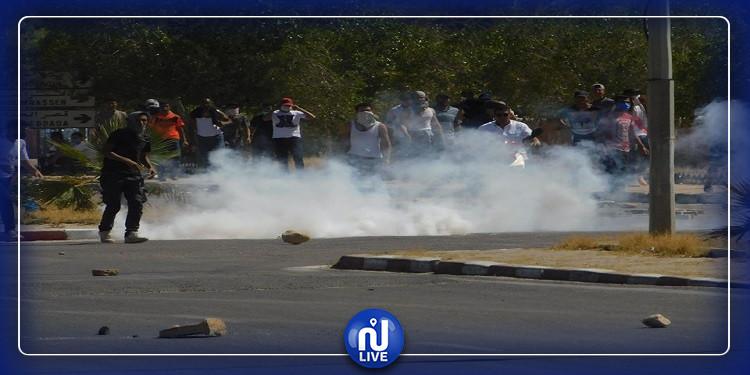 احتجاجات تطاوين: اصابات وحالات اغماء داخل مقر الاذاعة (فيديو)