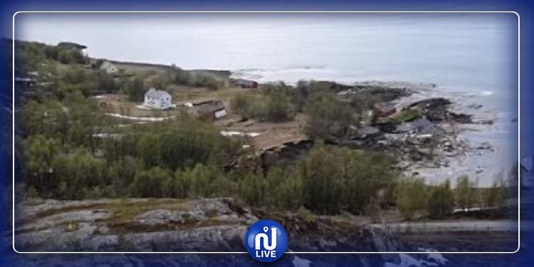 البحر يبتلع قرية بمنازلها اثر انزلاق أرضي كبير (فيديو)