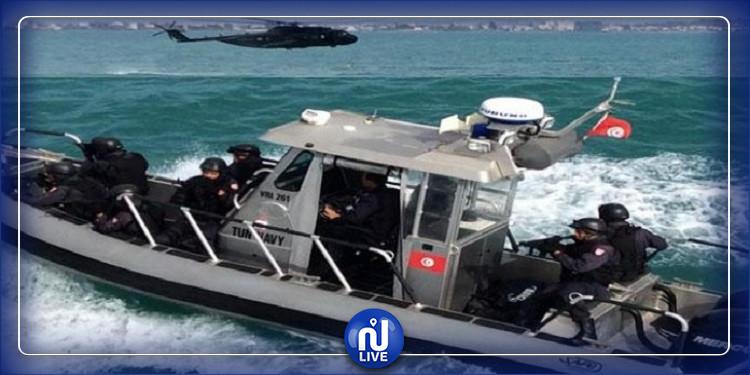 قرقنة: الجيش الوطني ينقذ 18 تونسيا تعطّب مركبهم عرض البحر