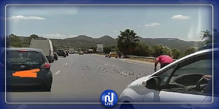 طريق السيارة تونس الحمامات: تضرر عدد من السيارت بسبب مسامير ملقاة (فيديو)