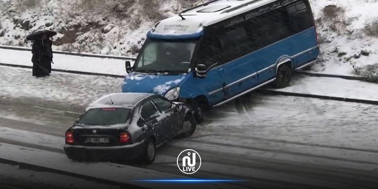 تركيا: انزلاق سيارات وتحطمها بسبب الجليد والثلوج (فيديو)