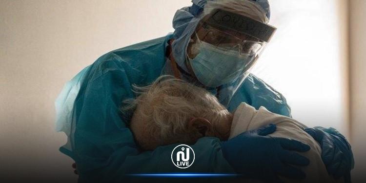 صورة عناق طبيب ومسنّ مصاب بكورونا تحظى بتعاطف كبير على مواقع التواصل