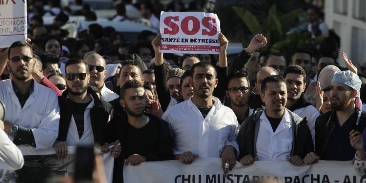 الجزائر: الأطباء المقيمون يحتجون رفضا للعمل الإجباري بالمناطق البعيدة