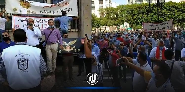 الأمنيون يحتجون أمام وزارة الداخلية