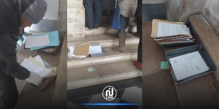 يحدث في قصل العدالة .. وثائق وشكايات المواطنين أمام درج باب المحكمة (صور)