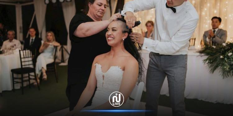 عروسان يحلقان شعرهما بالكامل خلال حفل الزفاف