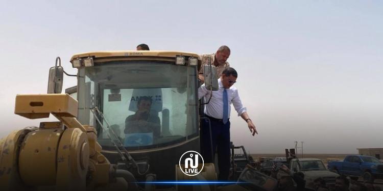 ليبيا.. الدبيبة يقود ''جرافة'' لفتح الطريق الساحلي