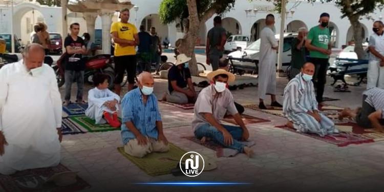 في تحدّ لقرار غلق المساجد.. مواطنون يؤدون صلاة العصر أمام معتمدية جرجيس