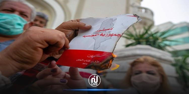 Tunis : Des manifestants pro Kais Saïed brûlent la Constitution