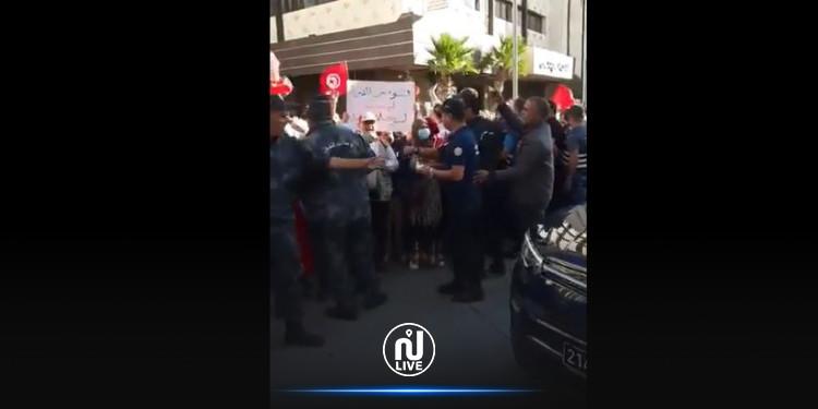 Tunis : Les forces de l'ordre empêchent les manifestants de protester contre un coup d'Etat