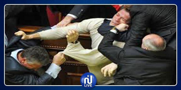 عنف وتشابك بالأيدي تحت قبة البرلمان الأردني بسبب القدس (فيديو)