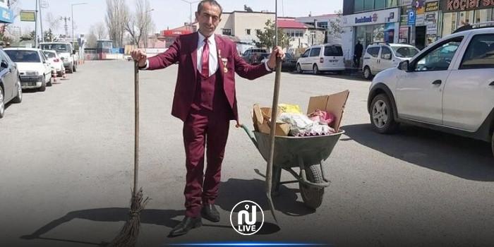 ببدلة رسمية وربطة عنق أنيقة: عامل نظافة يخطف الأنظار خلال ممارسة عمله (فيديو)