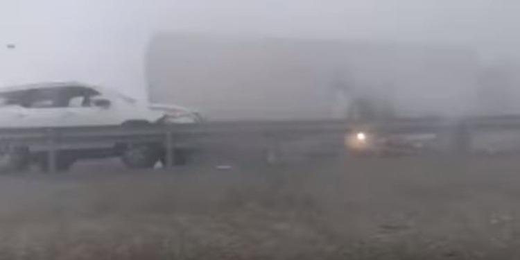 الضباب يتسبب في حادث مرور مروع في أبو ظبي (فيديو)