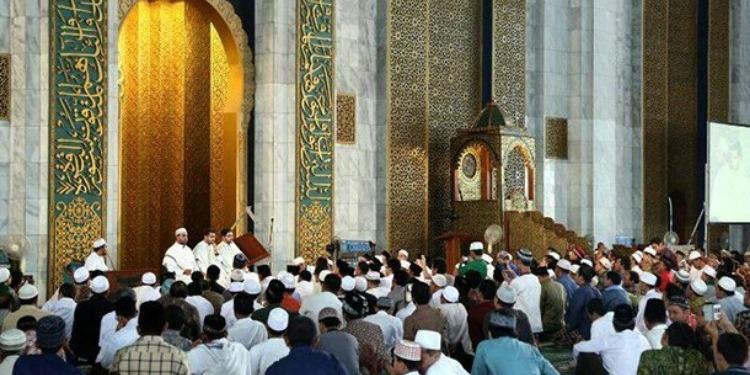 اندونسيا: وفاة إمام مسجد أثناء إلقاءه لخطبة الجمعة(فيديو)