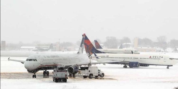 انزلاق طائرة بسبب الجليد في مطار بوسطن