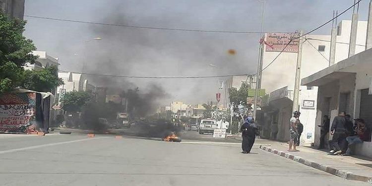 تطاوين: محتجون يغلقون الطريق المؤدية لوسط المدينة ويشعلون العجلات المطاطية
