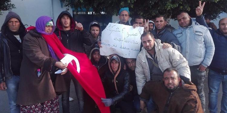 عدد من شباب وأهالي معتمدية الصخيرة يحتجّون أمام البرلمان