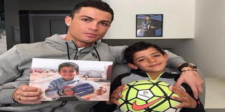رونالدو يرفع صورة الطفل أيمن تضامنا مع أطفال سوريا