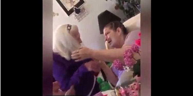 مقطع مؤثر لعجوز تزور ابنتها السبعينية المريضة! (فيديو)