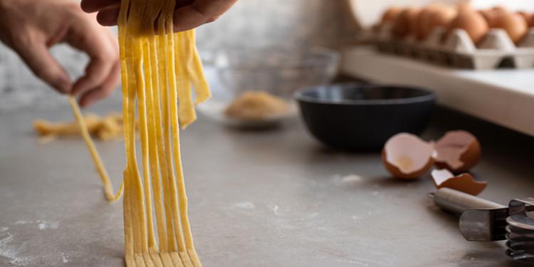 Recette Confinement : Faire des pâtes avec 100 gr de farine et 1 œuf