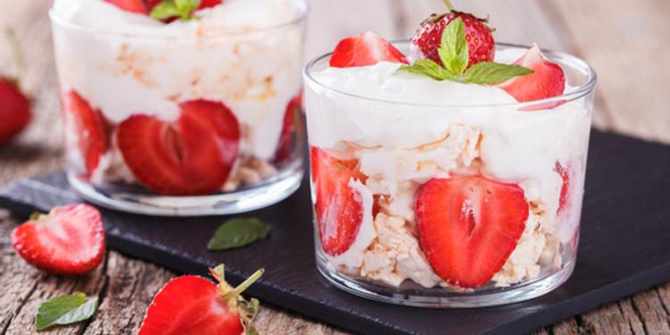 Verrines au yaourt, fraises et biscuit