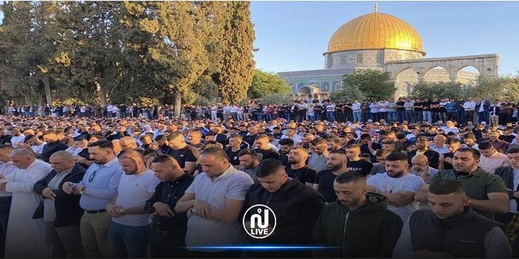توافد 100 ألف فلسطيني لأداء صلاة العيد في المسجد الأقصى (صور)