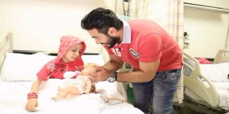 تامر حسني يلبي أمنية طفل مريض بالسرطان (فيديو)