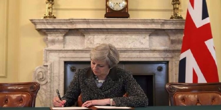 تيريزا ماي توقع طلب الخروج من الاتحاد الأوروبي