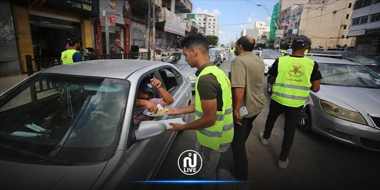 فلسطينيون يوزعون الحلوى احتفالا بهروب 6 أسرى من السجن