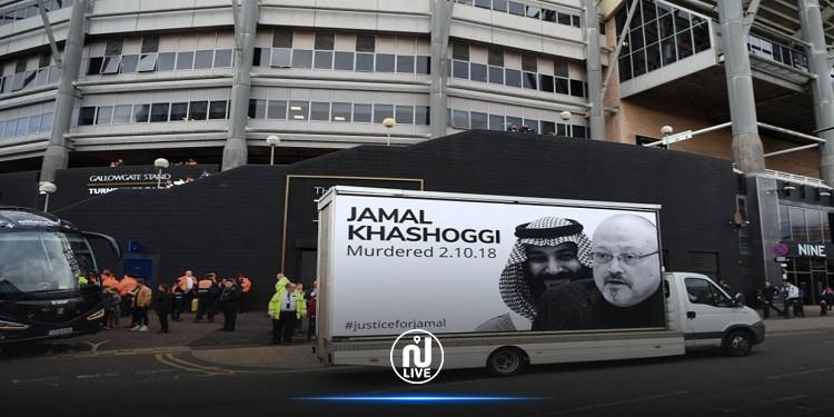 من أمام ملعب نيوكاسل.. ملصق ''العدالة لخاشقجي'' يُدين السعودية
