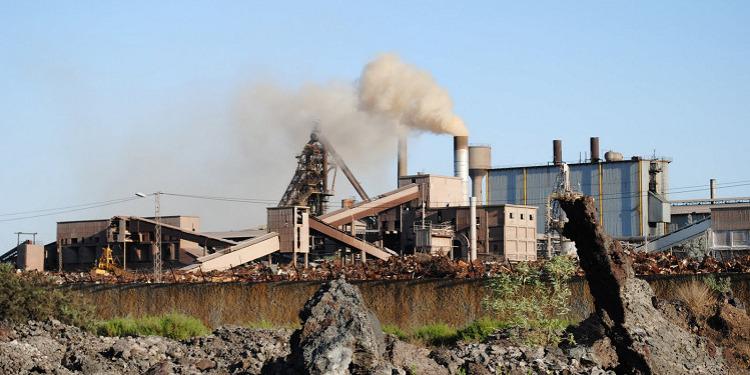 نقابيو شركة الفولاذ ببنزرت يتمسكون بالإضراب ويرفضون قرار الحكومة  لتصدير الخردة