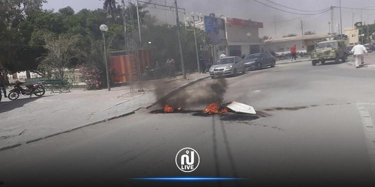 المتلوي: عمال شركة فسفاط قفصة يحتجون ويغلقون الطريق