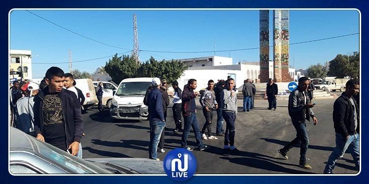بن قردان: المحتجون يقطعون حركة المرور أمام شاحنات السلع الليبية