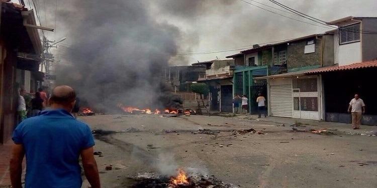 المتظاهرون في فنزويلا يحرقون منزل تشافيز