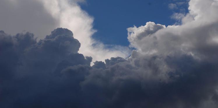 حالة الطقس : سحب كثيفة مع بعض الأمطاربالشمال
