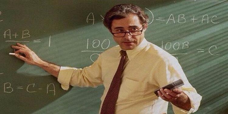 أستاذ يسرق تلاميذه أثناء إجراء الإمتحانات