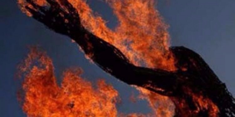سوسة : بعد أن حاول سكب البنزين على والدته.. شخص يهدّد بالإنتحار حرقا ! (صورة)