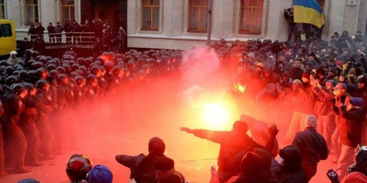 أوكرانيا : موجة عنف تتزامن مع الذكرى الثانية للاطاحة بنظام كييف