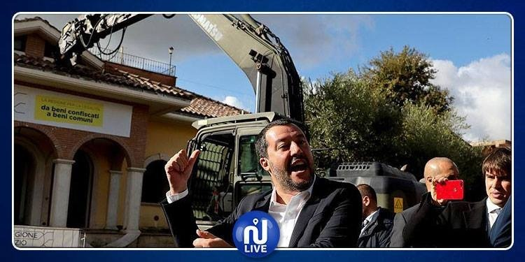 وزير الداخلية الإيطالي يهدم بنفسه مبانٍ لعصابة 'كازامونيكا' (فيديو)