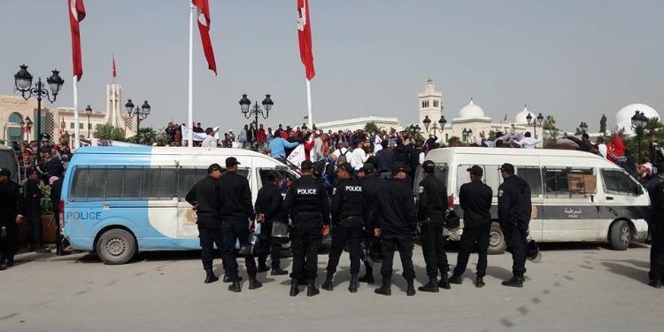 القصبة: وقفة إحتجاجية لعدد من عمال الحضائر من مختلف الجهات (فيديو)