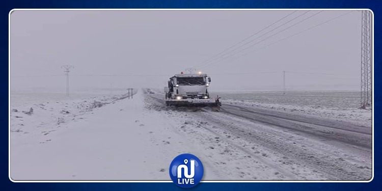 بسبب تراكم الثلوج.. السلطات تتدخل لفتح الطرقات في تالة (فيديو)