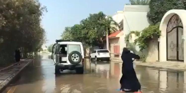 فتاة سعودية تركب الأمواج في شوارع جدة (فيديو )